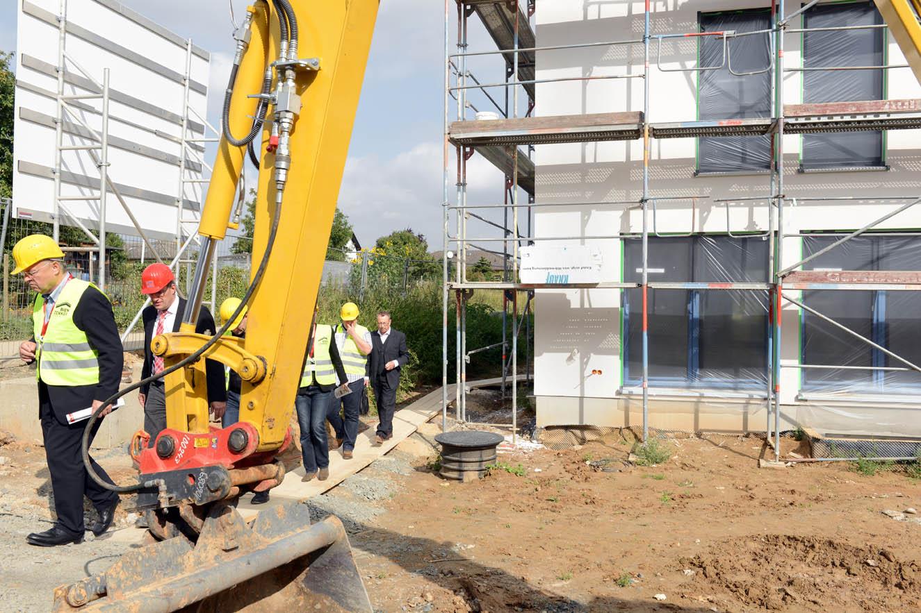 ^ Fertighaussiedlung aus Plusenergiehäusern